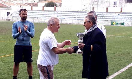 Entrega de trofeos del XI TRiangular veteranos San Juan de la Cruz