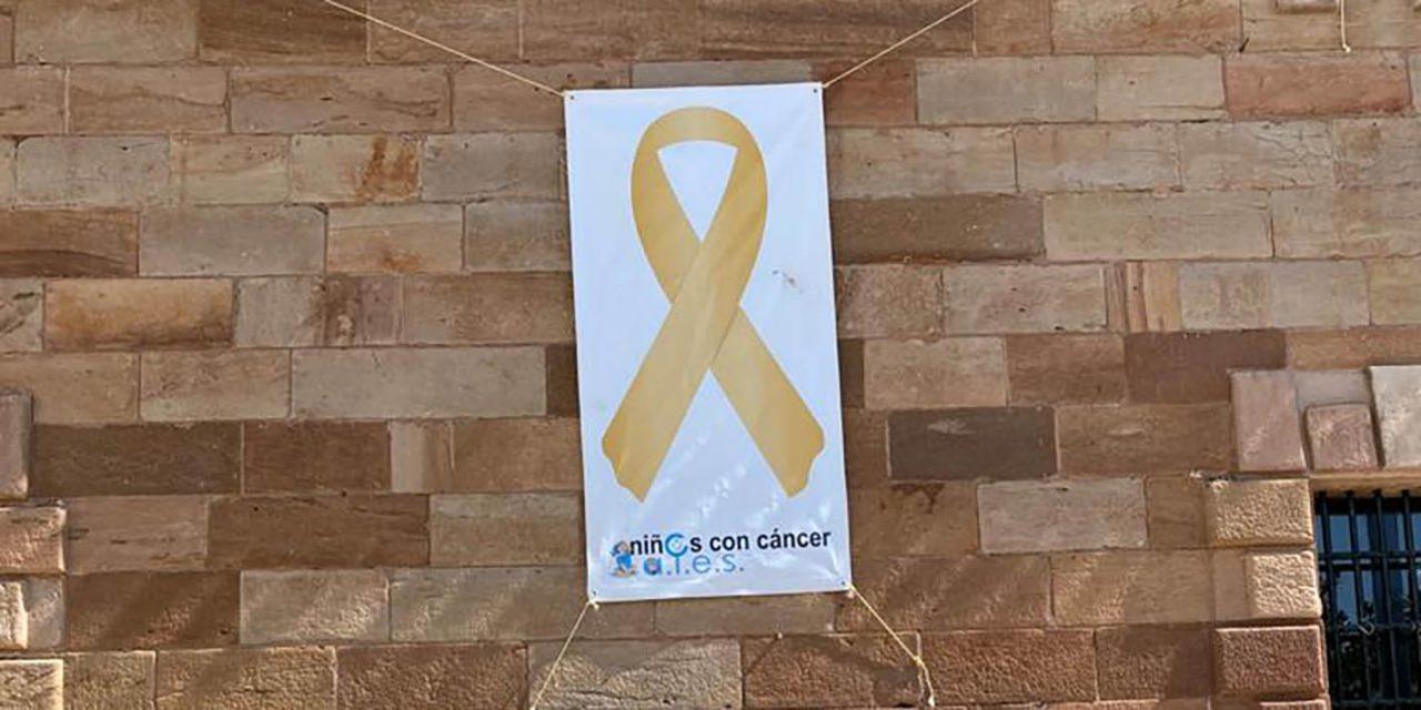 El Ayuntamiento de La Carolina coloca un lazo dorado para concienciar sobre el cáncer infantil