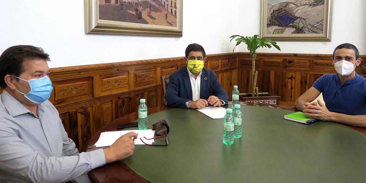 El presidente de la Diputación destaca la seguridad de los mercadillos por cumplir las normas sanitarias y ser al aire libre