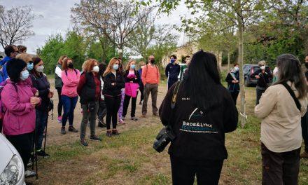 Una treintena de personas realiza una visita guiada a la microrreserva de orquídeas